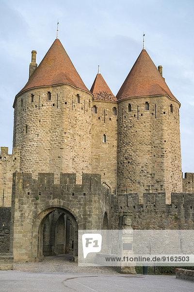 Eingang Porte Narbonnaise zur mittelalterlichen Zitadelle La Cité  Carcassonne  Aude Département  Languedoc-Roussillon  Frankreich