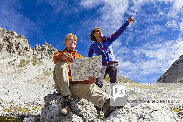 Zwei Frauen lesen die Wanderkarte  Val dal Botsch  Schweizer Nationalpark  Graubünden  Schweiz Zwei Frauen lesen die Wanderkarte, Val dal Botsch, Schweizer Nationalpark, Graubünden, Schweiz