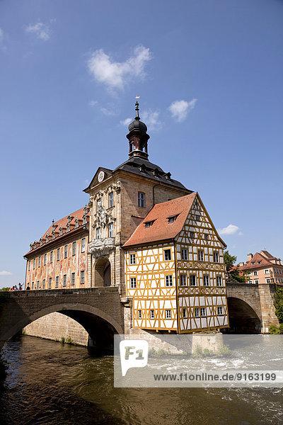 Das Alte Rathaus im Fluss Regnitz  Altstadt  Bamberg  Oberfranken  Bayern  Deutschland