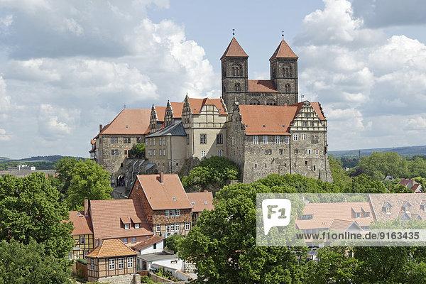 Schloss und Stiftskirche St. Servatii mit Stiftsgebäuden auf dem Schlossberg  Quedlinburg  Sachsen-Anhalt  Deutschland