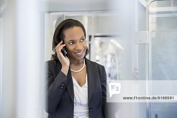 Handy Geschäftsfrau sprechen schwarz Zug