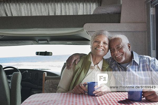 Senior Senioren mischen Kaffee Mixed