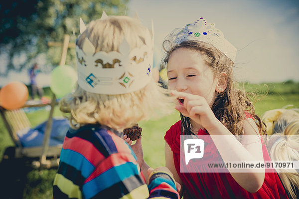 Zwei Kinder haben Spaß