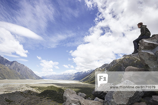 Neuseeland  Mann mit Blick auf das Tal des Mount Cook Nationalparks