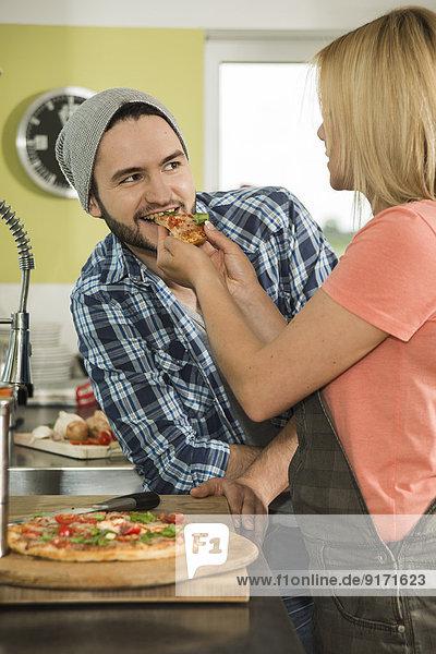 Paar bei einer Pizza zu Hause