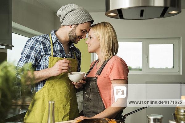 Liebespaar beim Kochen in der heimischen Küche