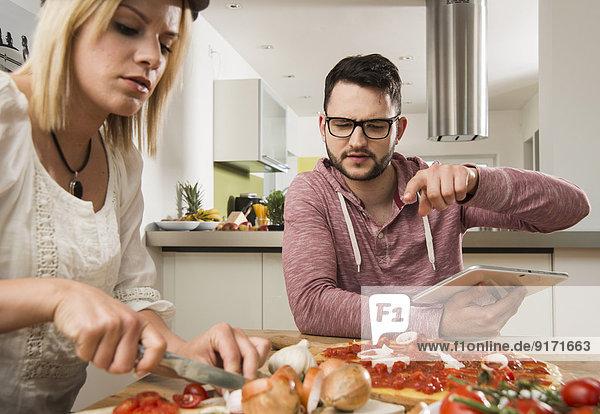 Paarkochen in der Küche zu Hause