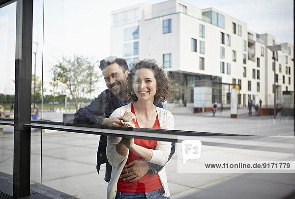 Deutschland  Nordrhein-Westfalen  Köln  Paar unterwegs am Rheinauhafen