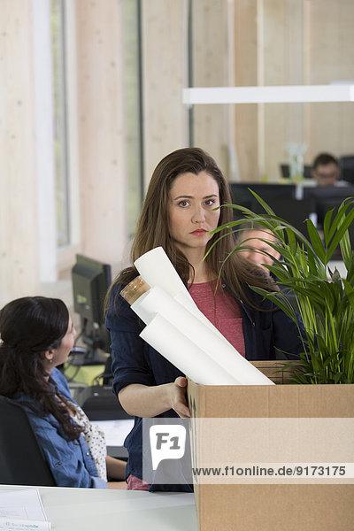 Porträt einer Geschäftsfrau  die ihr Amt am letzten Tag verlässt.