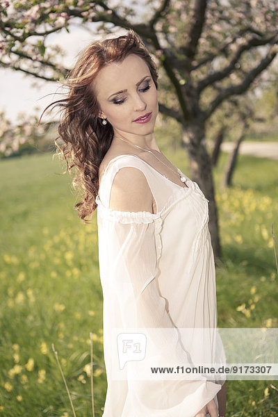 Porträt einer jungen Frau in weißem Kleid