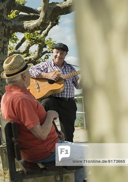 Deutschland  Rheinland-Pfalz  Worms  zwei alte Männer mit Gitarre an der Rheinpromenade