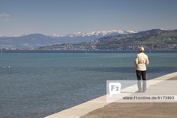 Schweiz  Thurgau  Arbon  Bodensee  Frau steht an der Seepromenade