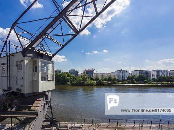 Deutschland  Hessen  Frankfurt  Blick über den Main nach Sachsenhausen mit altem Hafenkran im Vordergrund