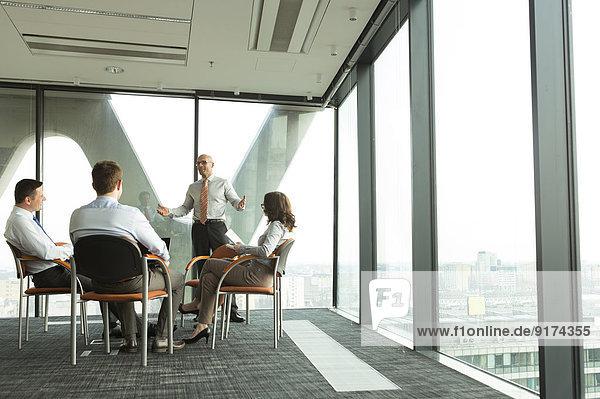 Gruppe von Geschäftsleuten  die an einem Seminar teilnehmen
