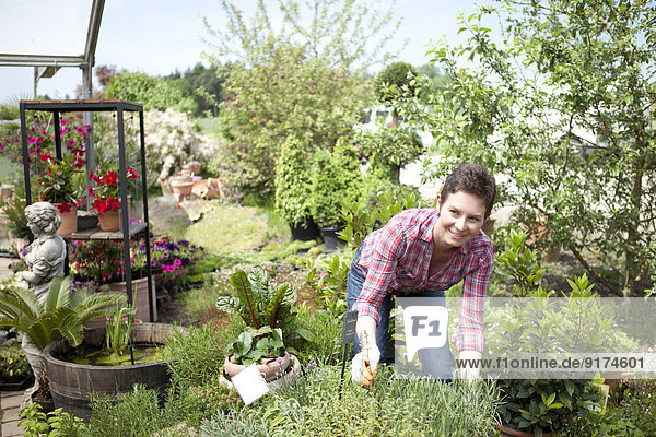 Porträt einer Gärtnerin im Gartencenter