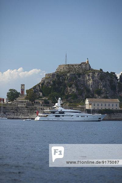 Griechenland  Ionische Inseln  Korfu  Yacht vor der alten Festung