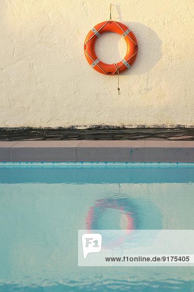 Spanien  Kanarische Inseln  La Palma  Lebensretter an der Wand hinter dem Schwimmbad Spanien, Kanarische Inseln, La Palma, Lebensretter an der Wand hinter dem Schwimmbad