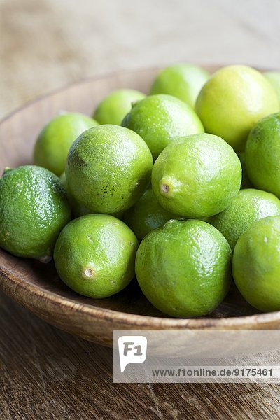 Schlüssel-Limetten  Citrus aurantiifolia  in einer Holzschale