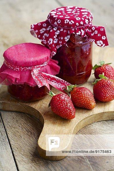Gläser mit hausgemachter Erdbeermarmelade