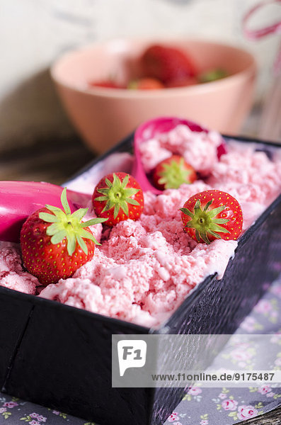 Backform mit hausgemachtem Erdbeereis  Eiskugel und Erdbeeren