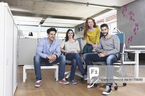 Gruppenbild von vier kreativen Menschen im Büro