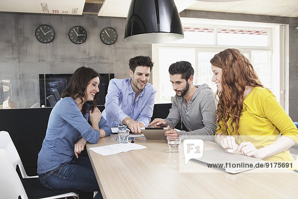 Vier Kreative bei der Business-Konferenz im Büro