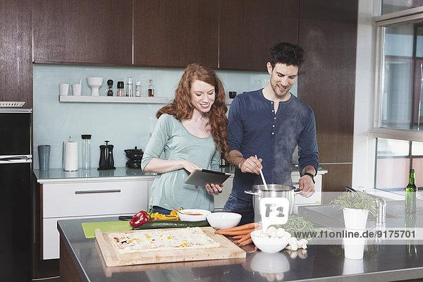 Porträt eines jungen Paares beim gemeinsamen Kochen