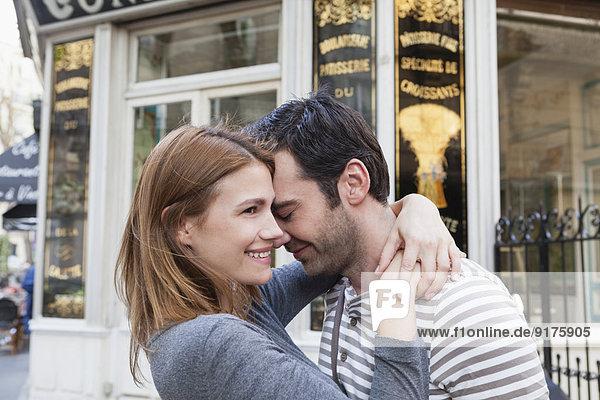 Frankreich  Paris  verliebtes Paar vor der Konditorei