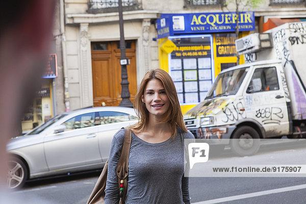 Frankreich  Paris  Porträt einer lächelnden jungen Frau