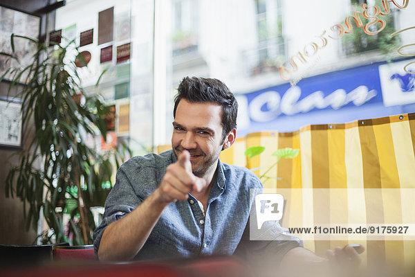 Frankreich  Paris  Porträt eines lächelnden Mannes im Café