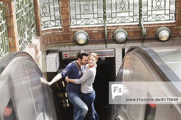 Frankreich  Paris  Porträt eines auf der Rolltreppe stehenden Paares