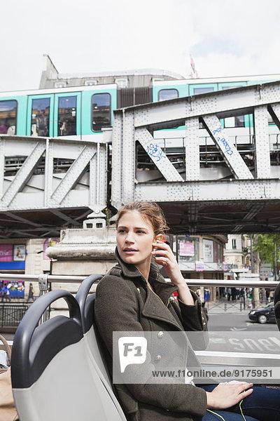 Frankreich  Paris  Porträt einer jungen Frau im Reisebus
