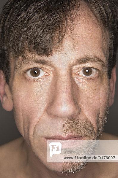 Porträt eines halbrasierten Mannes
