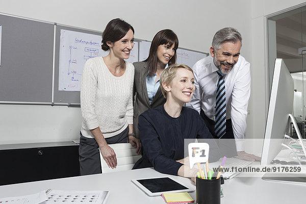 Deutschland  München Kollegen im Büro arbeiten zusammen