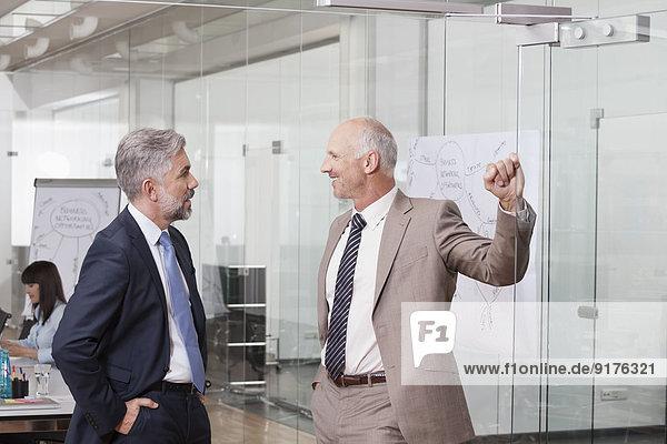 Deutschland  München  Geschäftsleute im Büro  die Informationen austauschen