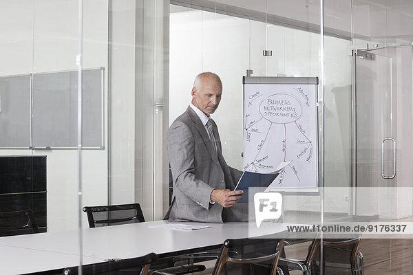 Deutschland  München  Geschäftsmann im Konferenzraum
