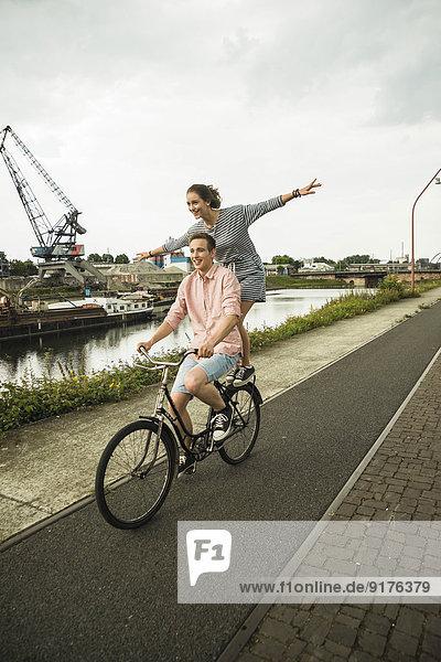 Junges Paar beim gemeinsamen Radfahren