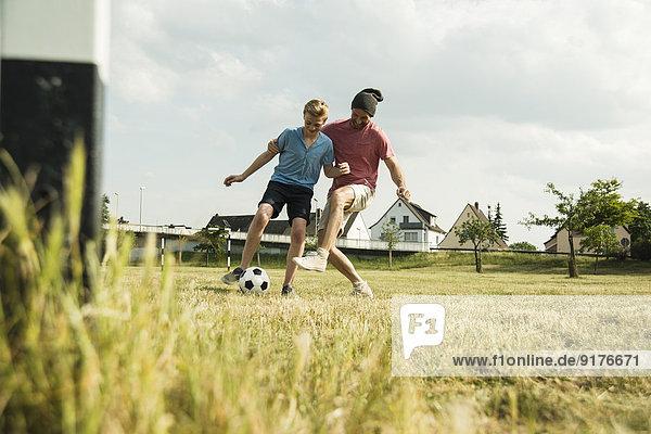 Deutschland  Mannheim  Vater und Sohn spielen Fußball