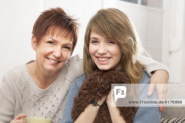 Deutschland  Berlin  Mutter und Tochter zu Hause