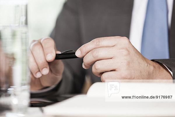 Geschäftsmann mit Kugelschreiber  Nahaufnahme