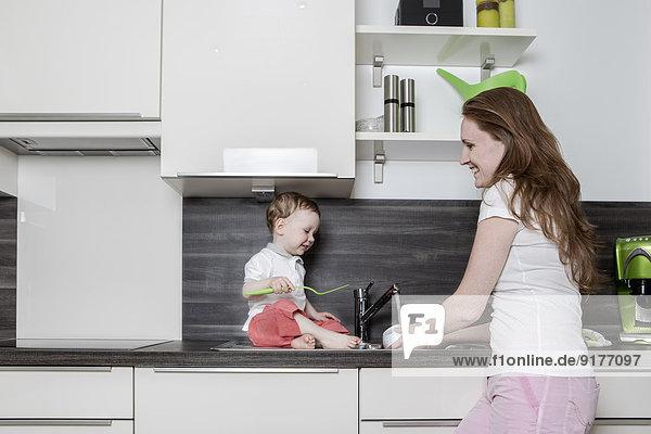 Mutter mit Baby in der Küche