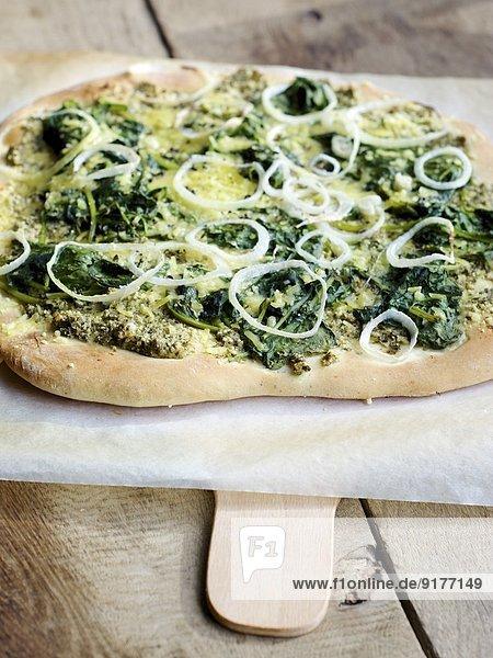 Hausgemachte Pizza mit Zitronenmelissenpesto  Spinat und veganem Käse Hausgemachte Pizza mit Zitronenmelissenpesto, Spinat und veganem Käse