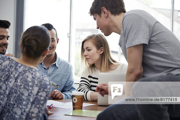 Gruppe von Kreativprofis bei einem Treffen