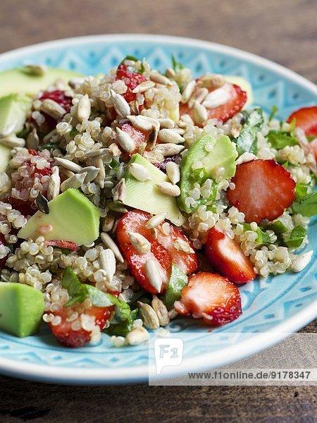 Teller Quinoa-Erdbeersalat mit Spinat und Avocado