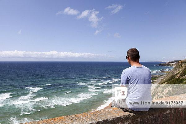 Portugal  Sintra  Mann mit Blick auf den Ozean