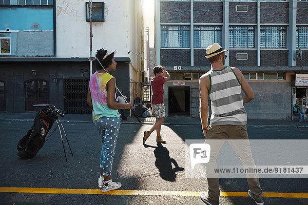 Freunde spielen Stadtgolf in der Stadt