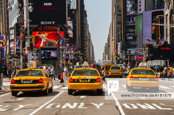 USA  New Yorck City  Manhattan  yellow cabs waiting at traffic light on Times Square