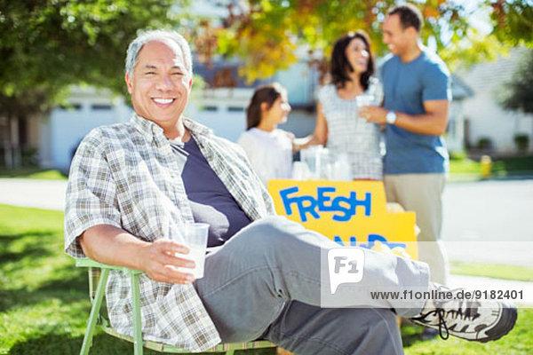 Porträt eines lächelnden Mannes beim Limonadenstand