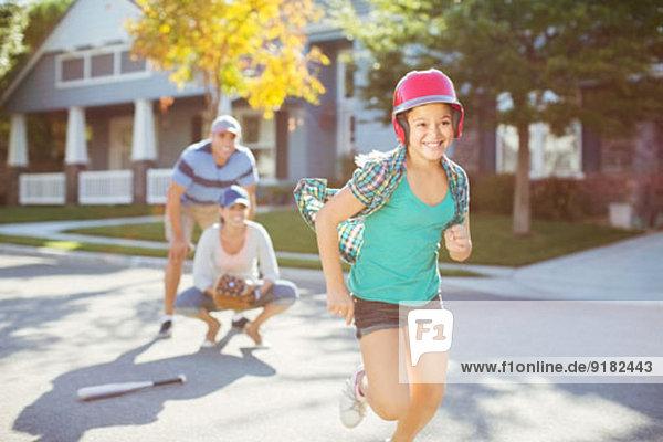 Familie spielt Baseball auf der Straße
