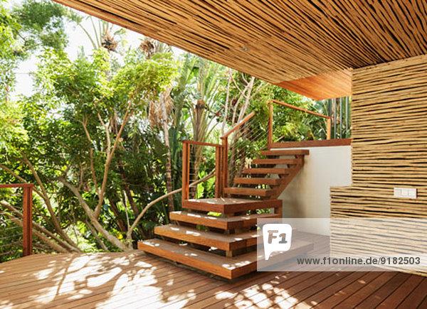 Holztreppe und Deck